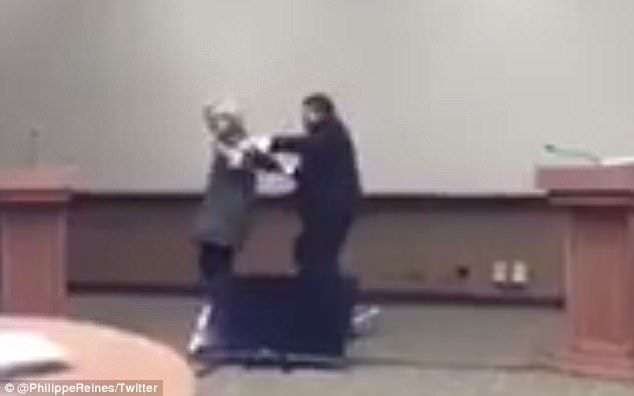 #Video Hillary Clinton practica cómo evitar abrazo de Donald Trump - Foto de Daily Mail