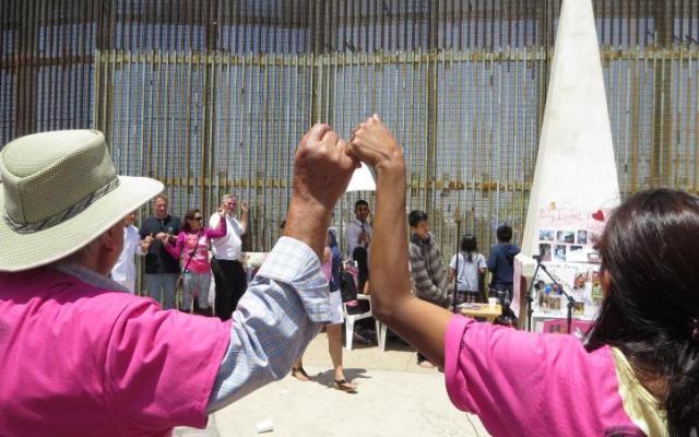 Mariachi une a madres separadas por muro migratorio - Foto de Internet