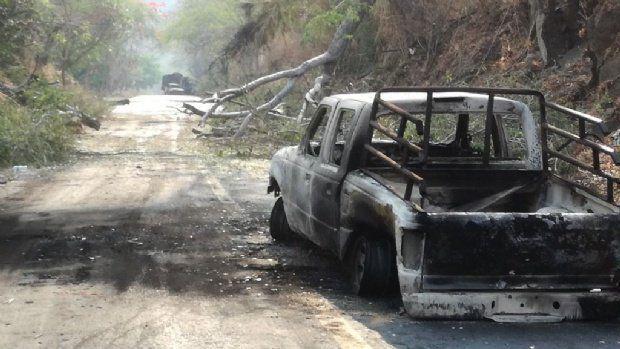 Bloquean carreteras y queman vehículos en Tierra Caliente - Foto de @VeliaCeballo