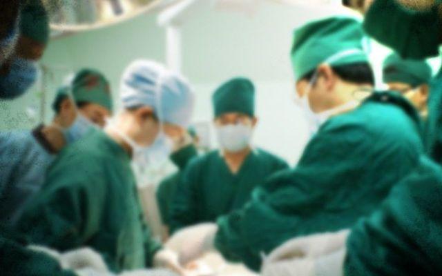 Indemnizan a paciente que le extirparon testículo equivocado - Foto de CBS