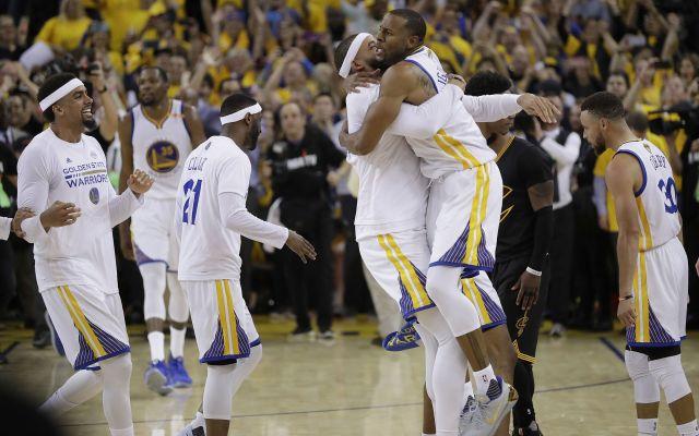 Golden State recupera el trono de la NBA - Los jugadores de los Warriors de Golden State celebran su victoria sobre los Cavaliers de Cleveland en el Juego 5 de la final de la NBA en Oakland, California, el 12 de junio de 2017. Los Warriors se impusieron 129-120 a los Cavaliers para hacerse con el título. (AP Foto/Marcio Jose Sanchez)