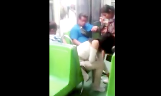 Video: joven regala sus zapatos a mujer en el Metro de la Ciudad de México