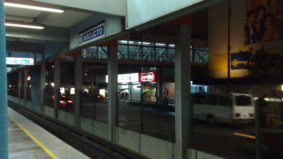 #Video Policías y ciudadanos ayudan a niño que quedó atrapado en el Metro