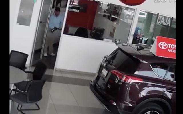 Video: pareja roba laptop de agencia automotriz