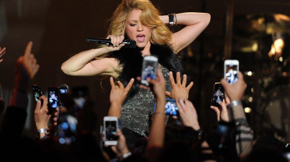 Shakira pospone gira hasta junio de 2018 - BURBANK, CA - MARCH 24:  Singer Shakira performs onstage during the