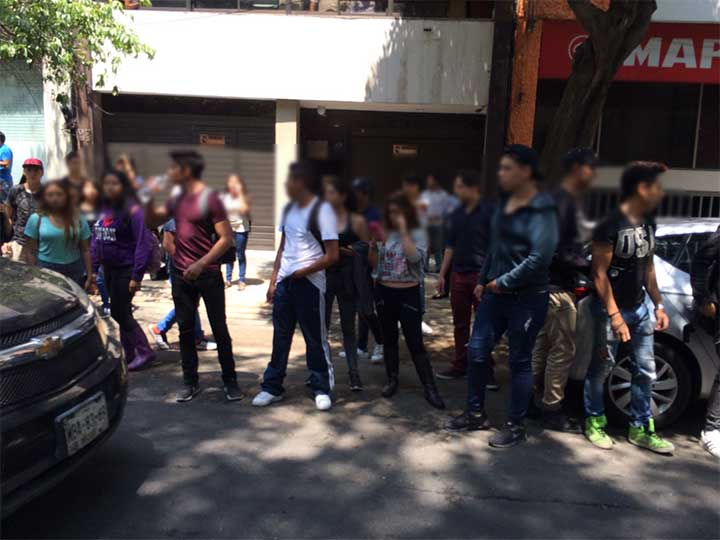 """#Video Estudiantes de la UVM pelean con policías por """"arrancones"""" - Foto de Excélsior"""
