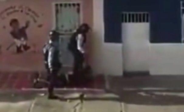 #Video Policías golpean a manifestante en Venezuela