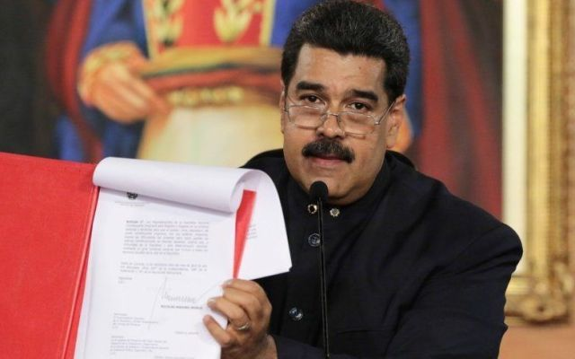 Gobierno de EE. UU. impone sanciones a 13 funcionarios de Venezuela - Venezuela's President Nicolas Maduro holds a document as he speaks during a ceremony at Miraflores Palace in Caracas, Venezuela May 1, 2017. Miraflores Palace/Handout via REUTERS ATTENTION EDITORS - THIS PICTURE WAS PROVIDED BY A THIRD PARTY. EDITORIAL USE ONLY.