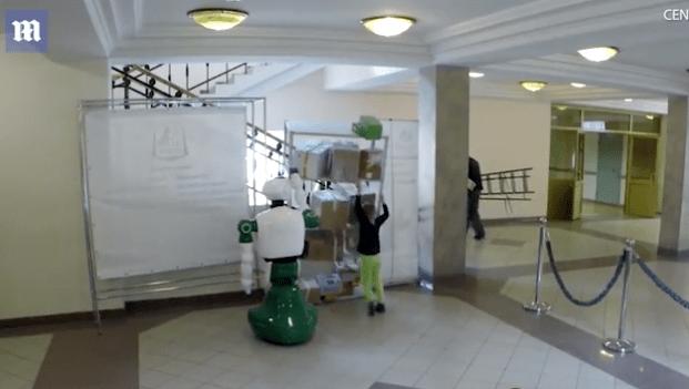 #Video Robot salva a niña de ser aplastada