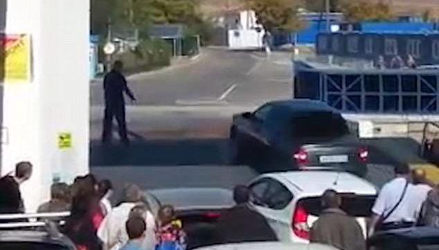 #Video Automovilista impaciente cae al mar en Ucrania