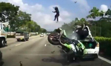 #Video Pasajero de motocicleta sale proyectado tras accidente