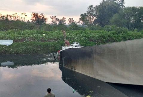 Buscan a conductor accidentado en canal de carretera Chapala
