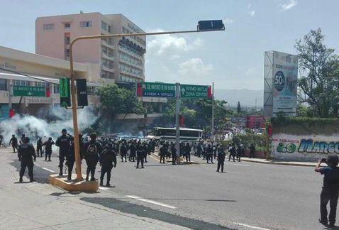 Se enfrentan policía y CNTE en Oaxaca - Foto de Óscar Rodríguez