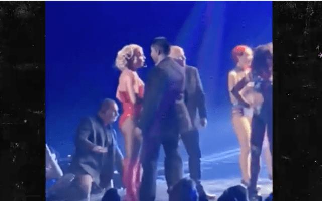 #Video Fan sorprende a Britney Spears al subir al escenario - Captura de pantalla