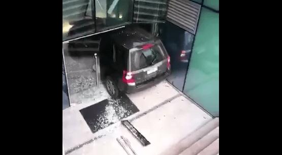 #Video Conductora confunde acceso a edificio con entrada a estacionamiento