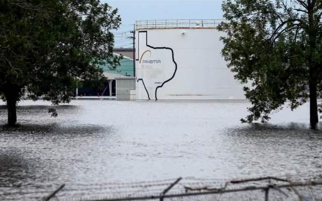 Planta química afectada por Harvey registra dos explosiones - Foto de AP