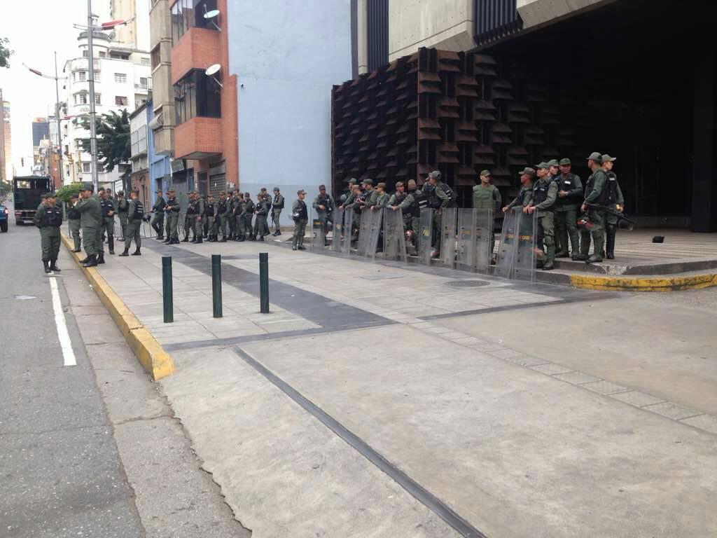 Militares asedian Fiscalía de Caracas - El asedio al Ministerio. Foto @lortegadiaz