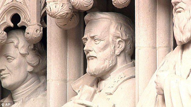 Universidad de Duke retira estatua tras polémica - Foto de AP