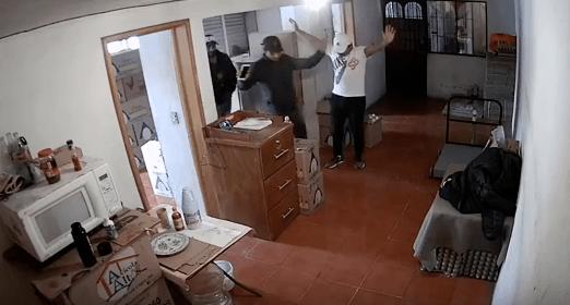 Detienen a dos implicados en robo a tienda de huevo en Toluca
