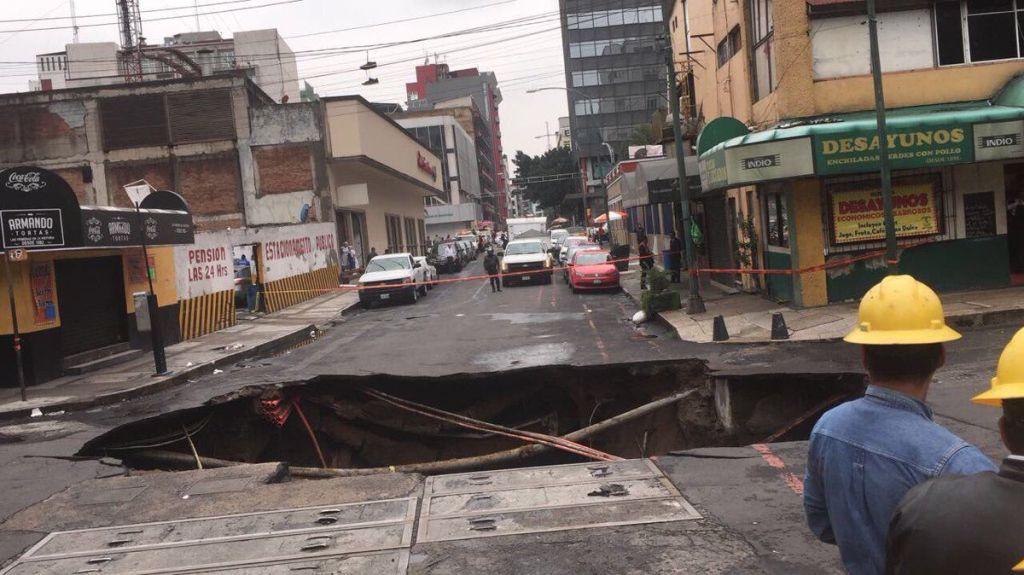 Reparación de socavón en el Centro tardará dos meses - Foto de @polimniaromana