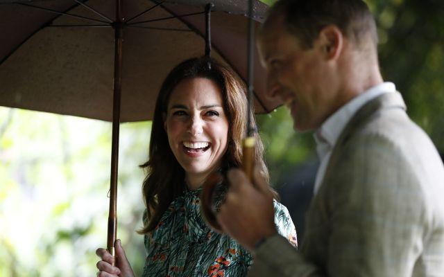 El príncipe Guillermo y la duquesa Catalina esperan su tercer hijo - En esta imagen de archivo, tomada el 30 de agosto de 2017, el príncipe Guillermo de Inglaterra y su esposa, Catalina de Cambridge, sonríen mientras pasean por los jardines del Palacio de Kensington, en Londres. El príncipe Guillermo de Inglaterra y su esposa Catalina, duquesa de Cambridge, están esperando su tercer hijo, anunció el 4 de septiembre de 2017 el Palacio de Kensington. (AP Foto/Kirsty Wigglesworth, File)