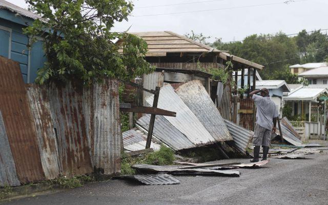 Total devastación en el Caribe por el Huracán Irma - Un hombre revisa los restos de su propiedad tras el paso del huracán Irma en St. John's, Antigua y Barbuda, el miércoles 6 de septiembre de 2017. Las fuertes lluvias y vientos de hasta 297 kilómetros por hora (185 mph) azotaron Islas Vírgenes y la costa noreste de Puerto Rico, conforme Irma, el huracán más fuerte que se haya registrado en el Océano Atlántico, sigue su paso por el Caribe y podría golpear el sur de Florida. (AP Foto/Johnny Jno-Baptiste)