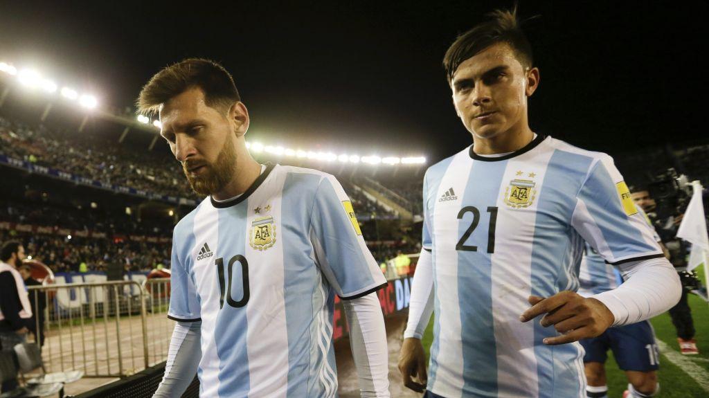 #Video Argentinos intentan aprenderse himno brasileño en spot - El delantero argentino Lionel Messi (izquierda) y su compañero Paulo Dybala se retiran de la cancha al final del primer tiempo del partido contra Venezuela, por las eliminatorias del Mundial, en Buenos Aires, el martes 5 de septiembre de 2017. Foto de AP.