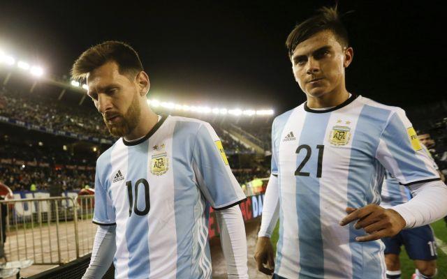 Sampaoli vuelve a confiar en Icardi ante Perú - El delantero argentino Lionel Messi (izquierda) y su compañero Paulo Dybala se retiran de la cancha al final del primer tiempo del partido contra Venezuela, por las eliminatorias del Mundial, en Buenos Aires, el martes 5 de septiembre de 2017. Foto de AP.