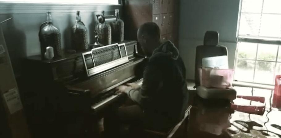 #Video Toca el piano al regresar a su casa inundada en Texas