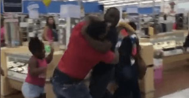 #Video Dos parejas pelean en Walmart de EE.UU.