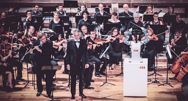 #Video Robot dirige a orquesta con Andrea Bocelli -  Foto de ABB
