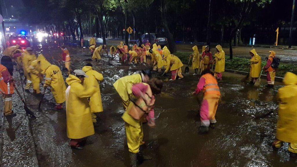 Retiran 530 toneladas de lodo tras inundación en Xochimilco - Foto de @AGUCDMX