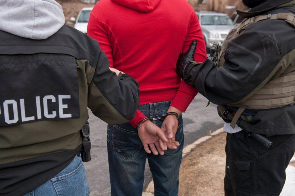 ICE arresta a 498 migrantes en operativo
