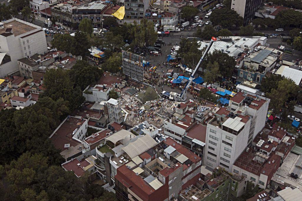Continúan calles cerradas por servicios de emergencia tras sismo - Foto de AP