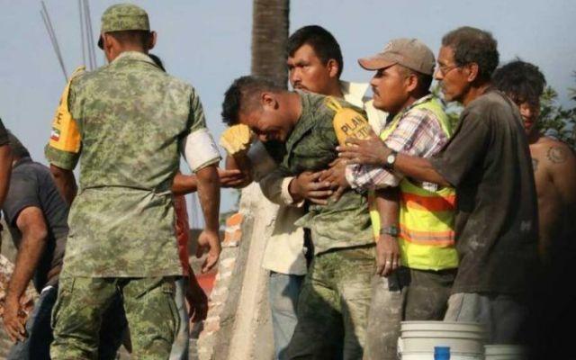 Soldado rompe en llanto tras rescate fallido en Morelos - Foto de Marco Gil Vega/Facebook