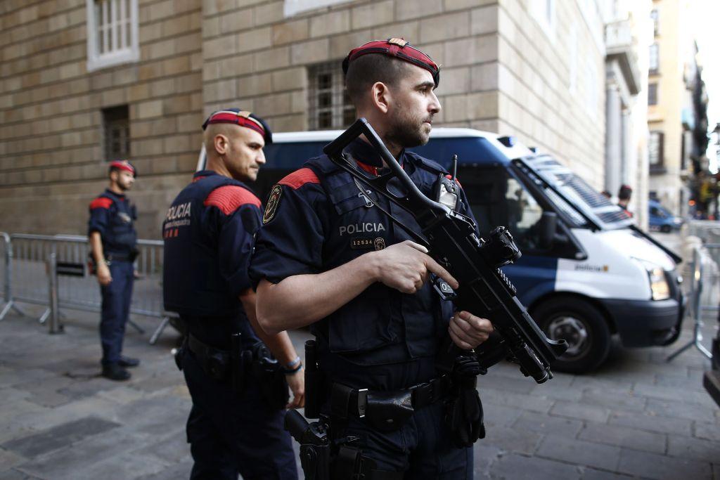 Disparan contra elementos de la Guardia Civil en España - Policías catalanes montan guardia frente al Palau Generalitat, la sede del gobierno catalán, en Barcelona el lunes 30 de octubre del 2017. Foto de AP