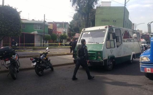 Matan a custodio de reclusorio Oriente en microbús de Iztapalapa - Foto de @OpEsMx