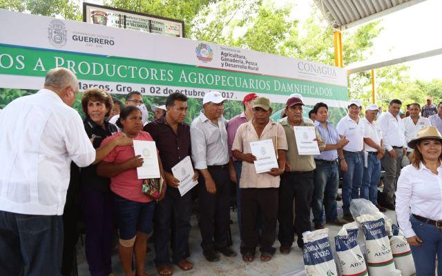 Entregan apoyos a productores agropecuarios y damnificados en Guerrero