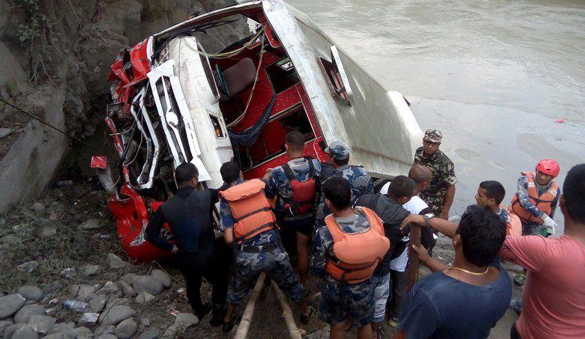 Al menos 31 muertos tras caída de autobús a río en Nepal - Foto de Kathmandu Post