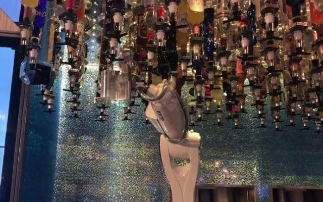 #Video El robot que prepara bebidas en Las Vegas