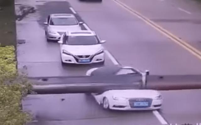 #Video Grúa cae sobre vehículo en China