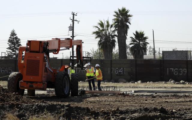 Preparan prototipos del muro fronterizo - Foto de AP