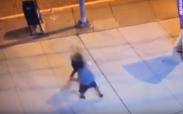#Video Testigos deciden tomar fotos en vez de ayudar a mujer golpeada