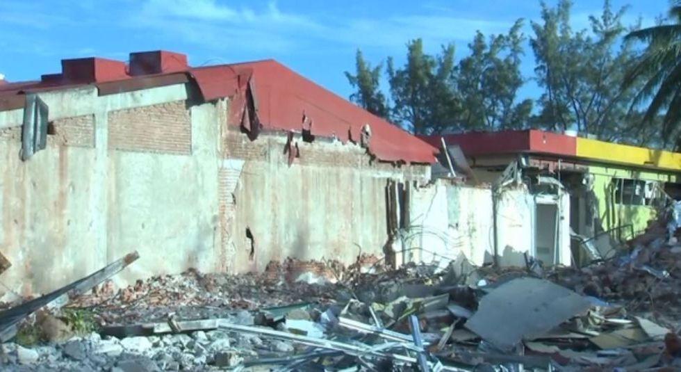 Continúa demolición del Hospital General de Juchitán
