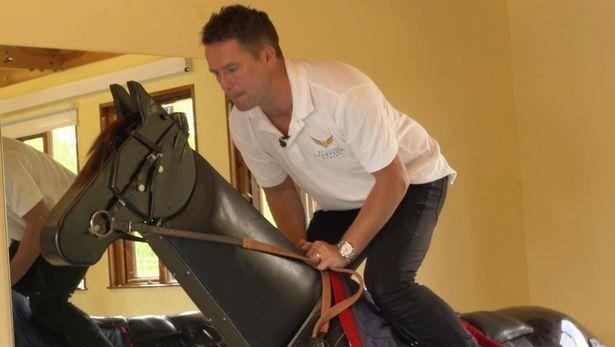 #Video El exfutbolista Michael Owen se convierte en jockey