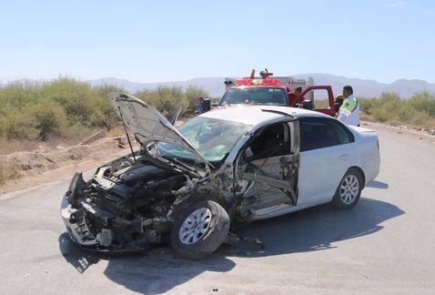 Conductor se distrae y choca con camión en Torreón - Foto de Milenio