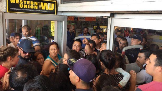 #VIDEO Clientes exigen comprar pantallas a 10 pesos en Soriana