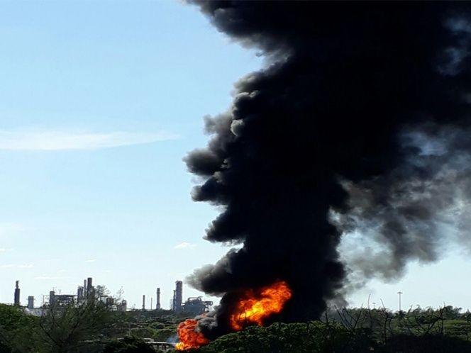 Se incendian cuatro pipas frente a refinería en Tamaulipas - Foto de Excélsior