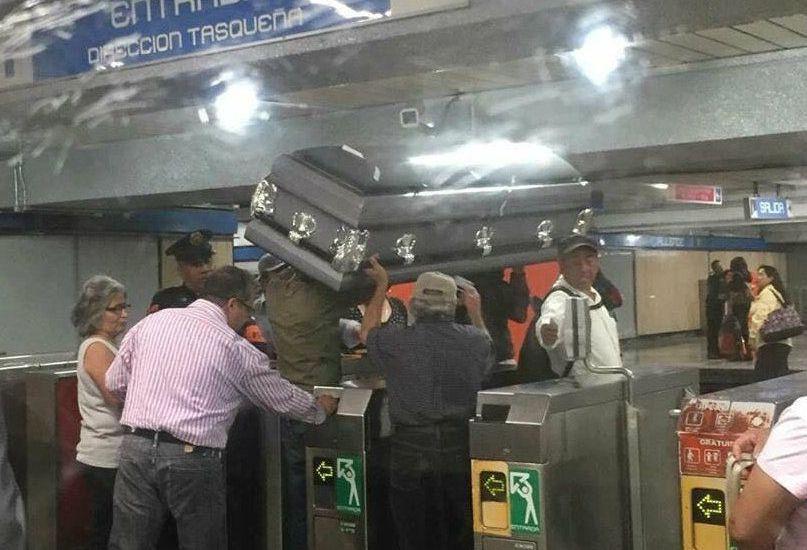 Ingresan con ataúd a Metro de la Ciudad de México - Foto de Excélsior