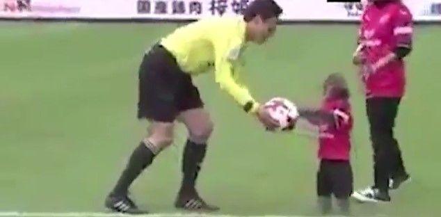 #Video Polémica tras patada inicial de mono en partido de futbol